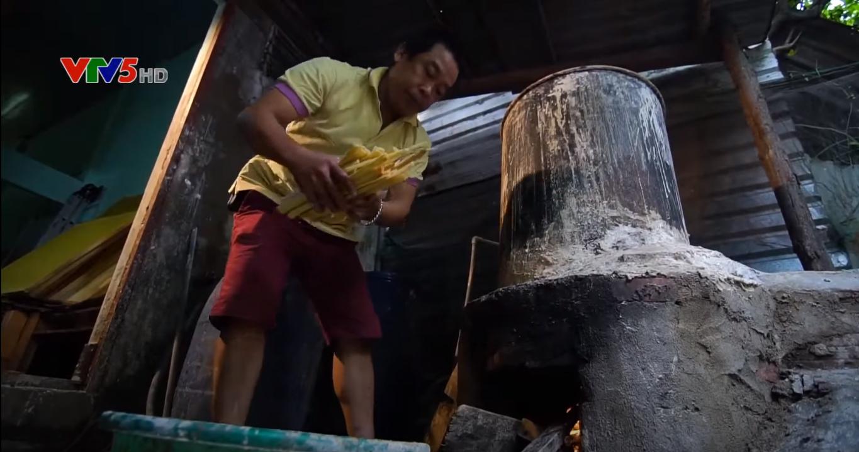 Lựa chọn những loại tre vàng chất lượng: Tre được loại bỏ vỏ và chẻ ra thành từng mảnh nhỏ ngâm vào nước vôi, sau đó đưa vào lò nấu 12 tiếng đồng hồ liên tục.